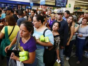 Dân xếp hàng dài mua nhu yếu phẩm ở Venezuela