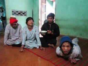 Bạn trẻ - Cuộc sống - Xót xa vợ chồng già nuôi 3 con bị chất độc màu da cam