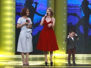 Con trai nuôi Thanh Thảo bảnh bao cùng mẹ chạy show