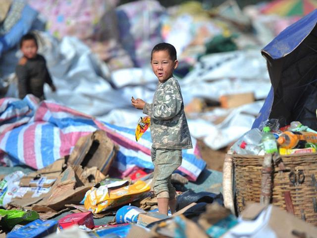 Ảnh: Những em bé chân trần giữa bãi rác ở TQ