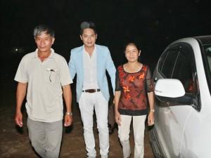 Minh Luân đưa bố mẹ đi làm từ thiện