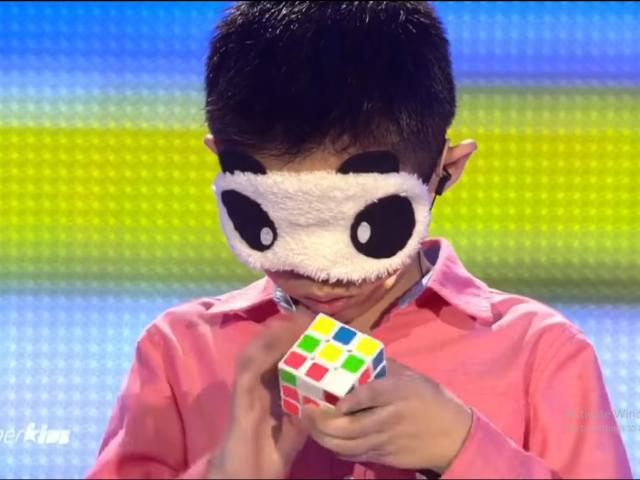 Cậu bé 10 tuổi có khả năng xoay rubik 'bằng cảm giác'