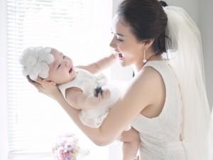 Con gái Trang Nhung  ' chung vui '  trong ảnh cưới bố mẹ
