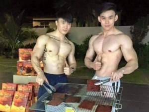 Bạn trẻ - Cuộc sống - Hai chàng hot boy 'khoe thân' bán thịt khô gây 'sốt'