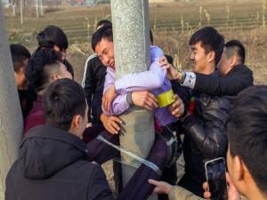 Bạn trẻ - Cuộc sống - Chú rể bị trói cứng vào cột điện không thể động phòng