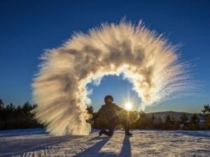 Thế giới - Nước sôi hắt ra hóa băng trong cái rét cực độ ở TQ
