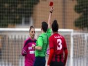 Bóng đá - Tán không đổ nữ cầu thủ, trọng tài bị tố giở trò xử ép