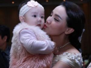 Con gái Trang Nhung ngơ ngác trong tiệc cưới bố mẹ