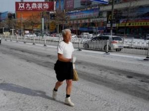TQ: Cụ ông 80 mặc phong phanh chạy dưới trời lạnh âm độ