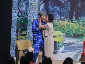Phim - Trấn Thành bị Cát Phượng cưỡng hôn trên sân khấu