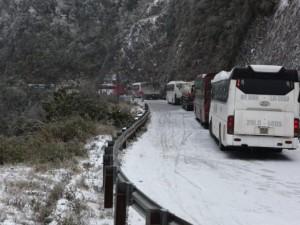 Tin tức trong ngày - Đường lên Thác Bạc tê liệt vì băng tuyết phủ kín đường