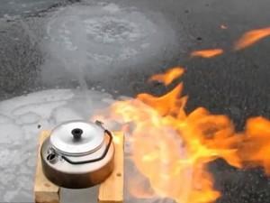 Thế giới - Video: Cách đun sôi nước trên hồ đóng băng