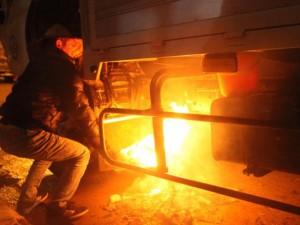 Sa Pa rét kỷ lục, tài xế đốt lửa  sưởi  bình dầu ô tô