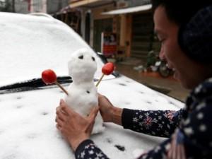 Ảnh: Du khách thích thú nặn người tuyết ở Sa Pa