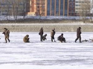 Video: Dân Triều Tiên đục lỗ sông băng bắt cá