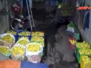 Thị trường - Tiêu dùng - Bắt quả tang cơ sở tưới hoá chất lên 1 tấn chuối xanh