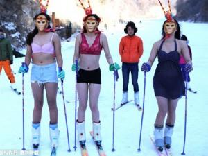 Bạn trẻ - Cuộc sống - Thiếu nữ diện bikini hóa Tôn Ngộ Không trượt tuyết