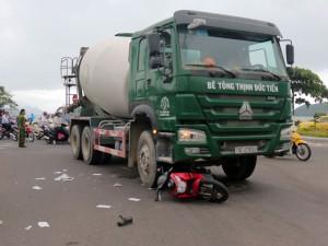 Tin tức trong ngày - Đẩy xe trộn bê tông, cứu người bị cuốn vào gầm