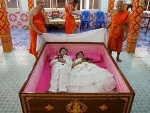 Nghi lễ 'giả vờ chết' xua đi xui xẻo của người Thái Lan