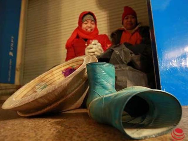 Những người phụ nữ dầm mình lao động trong giá rét