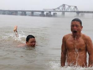 """Ảnh: Tắm  """" tiên """"  bên bãi sông Hồng giữa cái lạnh thấu xương"""