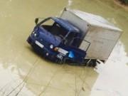 Tin tức trong ngày - Xe tải tông chết 2 nữ công nhân rồi lao xuống ao