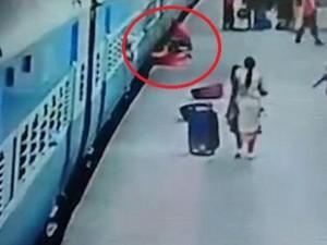 """Thế giới - Ấn Độ: Tàu hỏa """"nuốt"""" người phụ nữ xuống đường ray"""