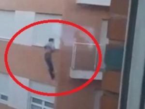 Thế giới - Rơi từ tầng 4 xuống đất khi tự trèo vào nhà mình