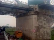Tin tức trong ngày - Hy hữu: Xe cẩu đâm lệch dầm cầu đường sắt ở Bắc Ninh