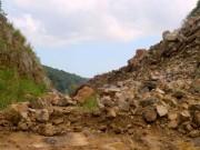 Tin tức trong ngày - Sạt lở núi đá vào nửa đêm, 3 người bị vùi lấp