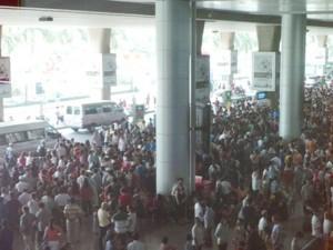 Tin tức trong ngày - Sân bay Tân Sơn Nhất chật cứng Việt kiều về quê ăn Tết