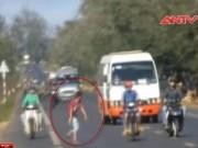 An ninh Xã hội - Thanh niên lạ mặt hung hãn lao ra đường chặn xe, ném đá