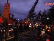 Video An ninh - Hơn 100 cảnh sát dập lửa ở xưởng gỗ trong đêm