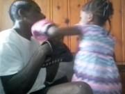 """Thể thao - Boxing: Bé gái 5 tuổi """"đấm gục"""" cả bố mình"""
