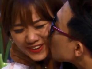Đời sống Showbiz - Nghi vấn clip Trấn Thành hôn Hari Won là trò PR lộ liễu