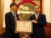 Bóng đá Việt Nam - HLV Miura nhận kỷ niệm chương