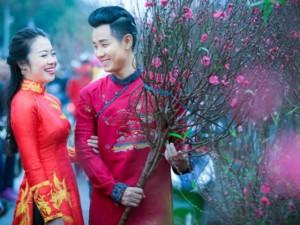 Đời sống Showbiz - Nguyên Khang diện áo dài gấm, dạo phố hoa Tết ở Hà Nội