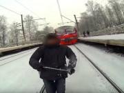 Thể thao - Liều mạng: Bám sau xe lửa để trượt tuyết