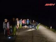 """Video An ninh - Hai xe máy đối đầu """"nảy lửa"""", 4 người nguy kịch"""