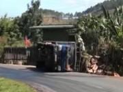 Video An ninh - Xe tải chở mật ong lật trên quốc lộ, 5 người nhập viện