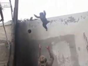 Phi thường - kỳ quặc - Thót tim với đoạn clip em bé nhảy từ trên mái nhà