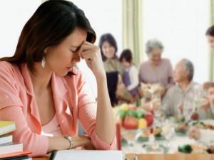 Bạn trẻ - Cuộc sống - Choáng khi chồng cầm 50 triệu biếu mẹ chồng tiêu Tết