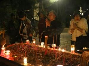 Tin tức trong ngày - Các cụ già leo núi suốt đêm để lễ hội chùa Hương