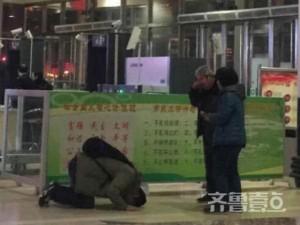 Thế giới - TQ: Con quỳ lạy bố mẹ sau 4 năm Tết không về