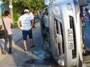 Tin tức trong ngày - Leo dải phân cách, xe Inova hạ gục cột giao thông