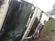 Tin tức trong ngày - Hú hồn xe khách chở 21 người nổ lốp, lao xuống hố