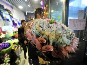 Bạn trẻ - Cuộc sống - Giới trẻ TQ rộ mốt tặng hoa 'đồng tiền' dịp Valentine