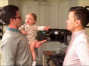 Bạn trẻ - Cuộc sống - Clip: Bé lúng túng với hai ông bố giống hệt nhau