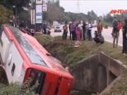 Video An ninh - Xe khách nổ lốp lao xuống mương, 21 người thoát chết