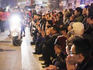 Tin tức trong ngày - HN: Hàng nghìn người ngồi kín đường giải hạn sao La Hầu